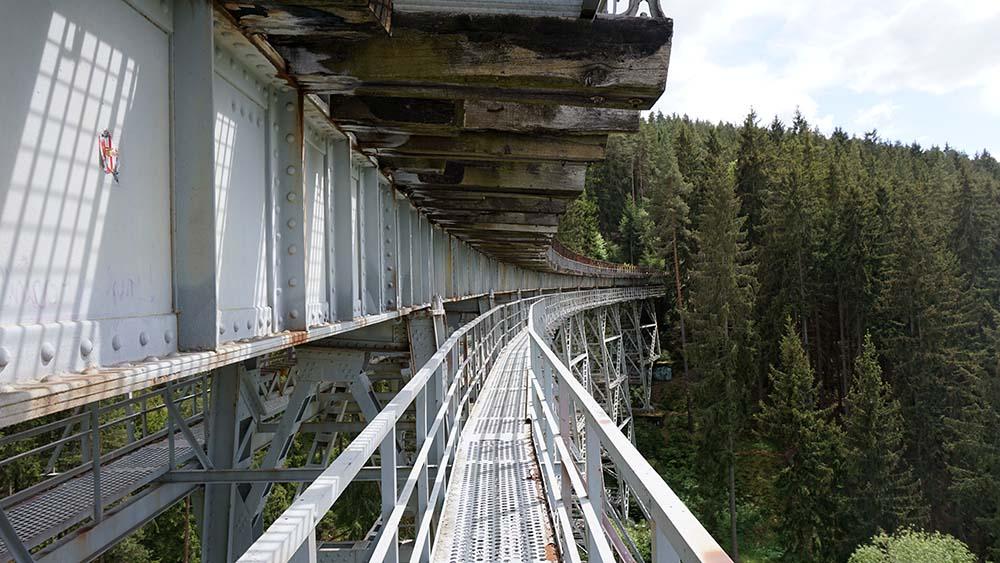 Besucher können auf Brücke gehen.