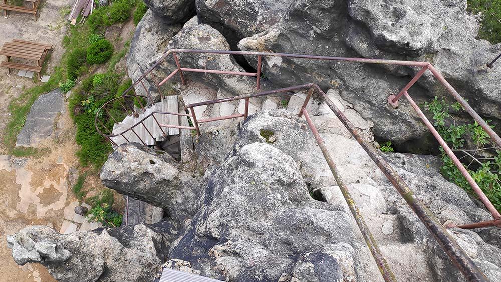 Felsentor mit Geländer