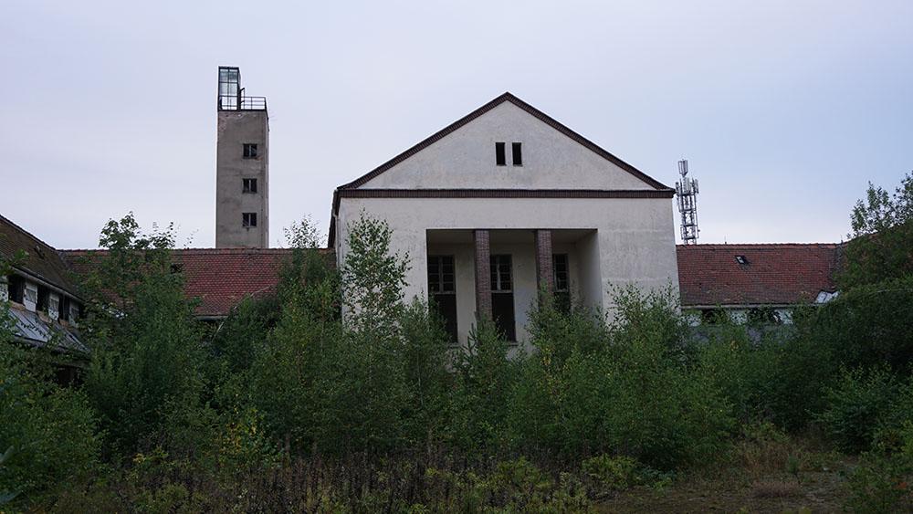 Eingangsbereich mit Turm im Hintergrund