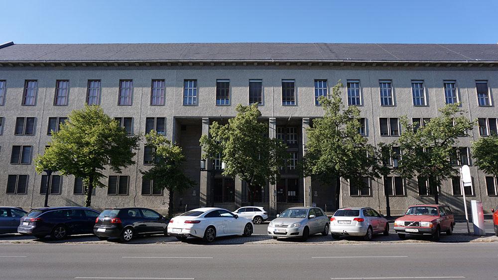 Repräsentative Fassade des Finanzamts Charlottenburg